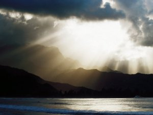 kevin-levesque-sun-shining-through-clouds-with-mountain-backdrop-hanalei-beach-po-ipu-u-s-a
