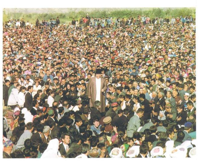Imam Shah Karim al-Husayni gives didar to his murids in Tajikistan (1998).