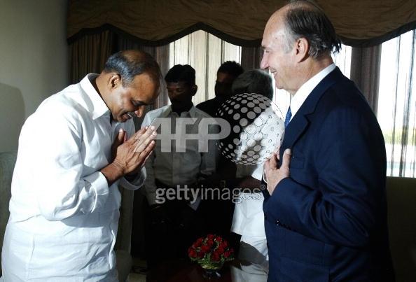 Chief Minister of Andhra Pradesh Rajashekar Reddy greets Imam Shah Karim al-Husayni.