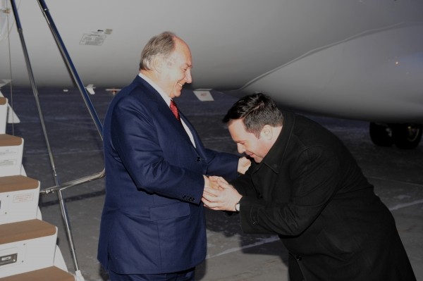 Jason Kenny, Minister with the Government of Canada, greets Imam Shah Karim al-Husayni upon his arrival in Canada on December 5, 2008.