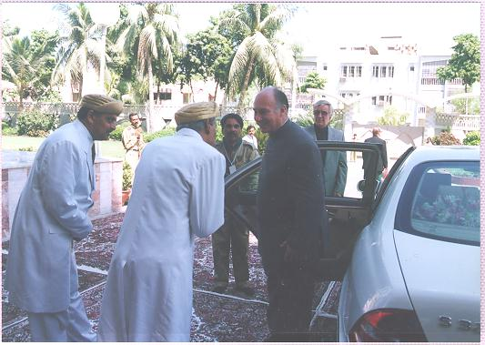The Mukhi and Kamadia Sahib of the Pakistan Jamat humbly greet Imam Shah Karim al-Husayni Aga Khan IV.