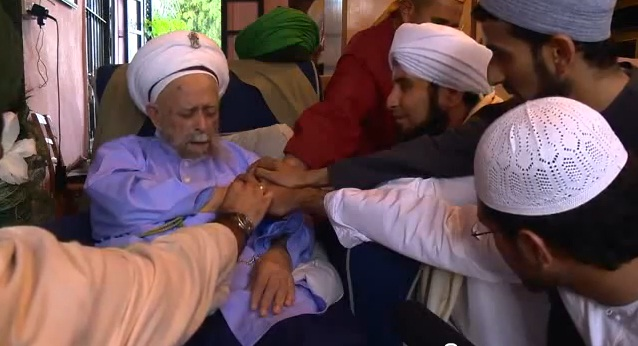 Naqshbandi Sufis give bay'ah to their Shaykh