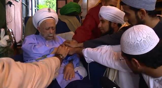 Naqshbandi Sufis give bay'ah to their Shaykh